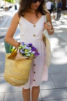 Kobieta trzyma eko torbę z bliska