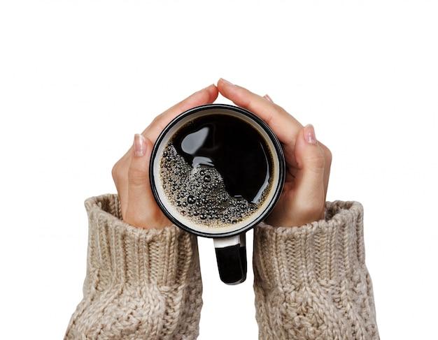 Kobieta trzyma filiżankę gorącej kawy na białym tle