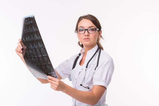 Kobieta trzyma film mózgu mri, aby zobaczyć diagnostykę i raport na białym tle. koncepcja medycyny, lekarza i opieki zdrowotnej