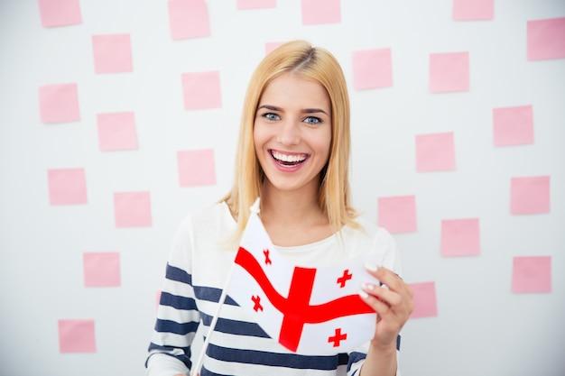 Kobieta Trzyma Flagę Gruzji Premium Zdjęcia