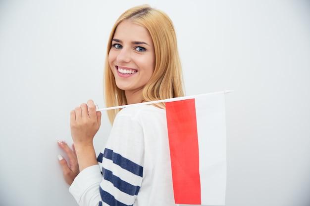Kobieta trzyma flagę polski