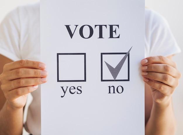 Kobieta trzyma głosowanie w referendum