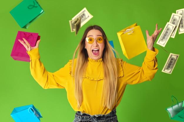 Kobieta trzyma gotówkę w deszczu dolara.