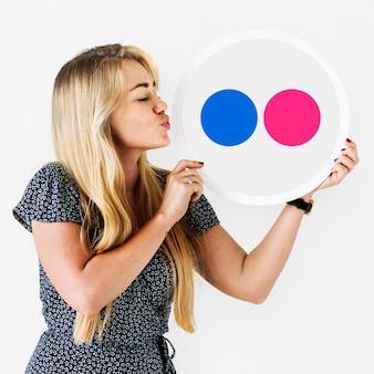 Kobieta trzyma ikonę flickr