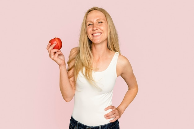Kobieta trzyma jabłko dla zdrowej kampanii żywieniowej