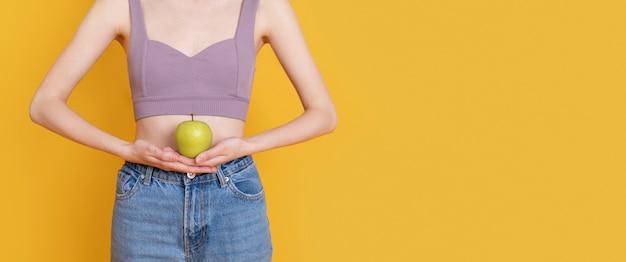 Kobieta trzyma jabłko z bliska
