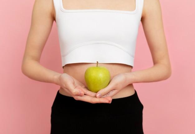 Kobieta Trzyma Jabłko Z Bliska Darmowe Zdjęcia