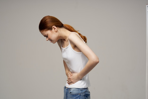 Kobieta trzyma jej brzucha problemy zdrowotne ginekologia medycyna miesiączka zdrowie