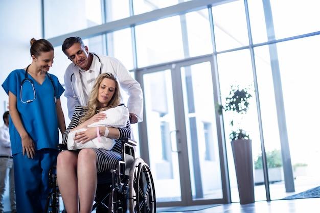 Kobieta trzyma jej nowonarodzonego dziecka