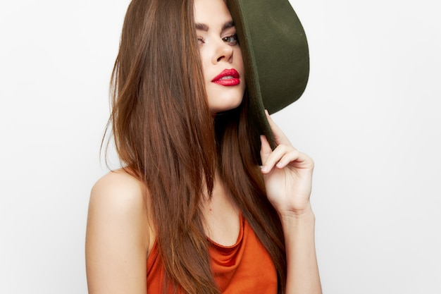 Kobieta trzyma kapelusz urok model pasji w ręku czerwona sukienka