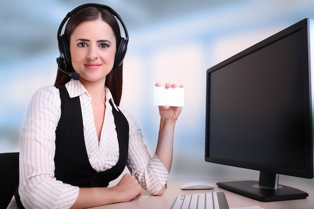 Kobieta trzyma kartę, aby dołączyć szczegóły kontaktu