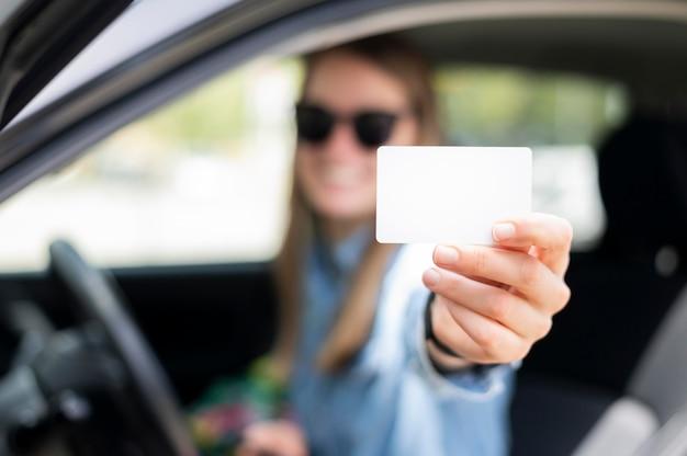 Kobieta trzyma karty kredytowej