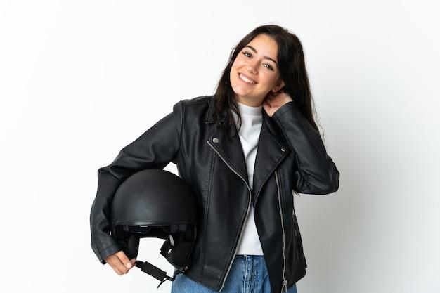 Kobieta trzyma kask motocyklowy na białym tle śmiejąc się