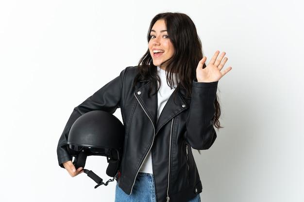 Kobieta trzyma kask motocyklowy na białym tle