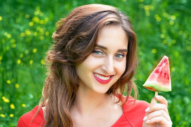 Kobieta trzyma kawałek arbuza.