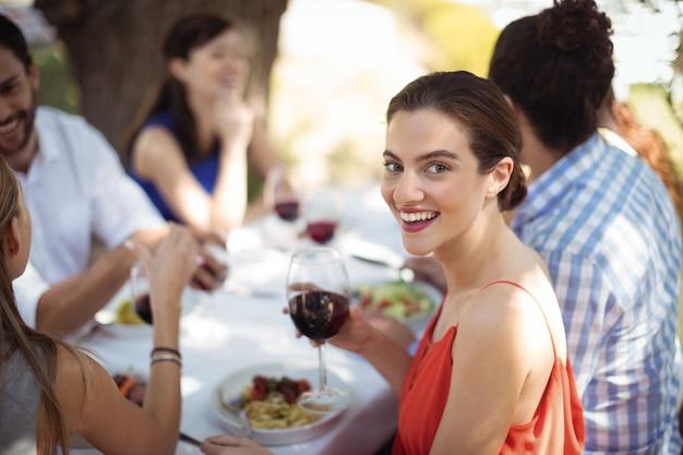 Kobieta trzyma kieliszek wina w restauracji