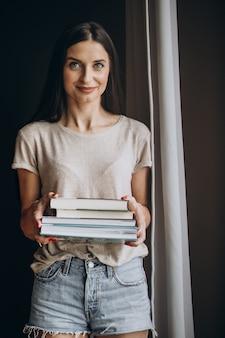Kobieta trzyma kilka książek