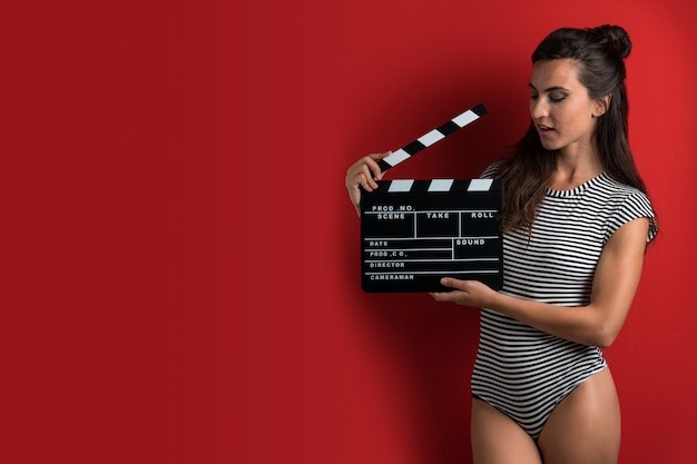 Kobieta trzyma kino klakier