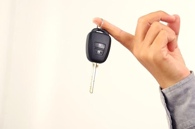 Kobieta trzyma kluczyk do samochodu, aby pokazać go przyjacielowi.