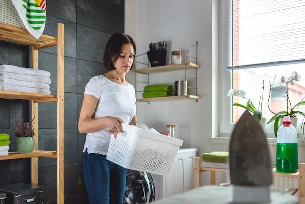 Kobieta trzyma kosz na bieliznę