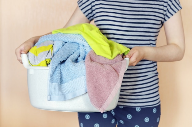 Kobieta trzyma kosz z pralnią