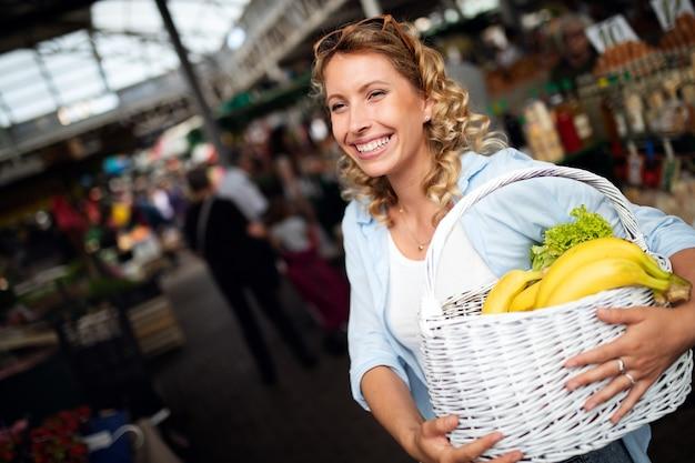 Kobieta trzyma kosz ze zdrowymi świeżymi warzywami ekologicznymi