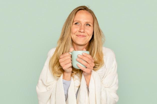 Kobieta trzyma kubek do kawy