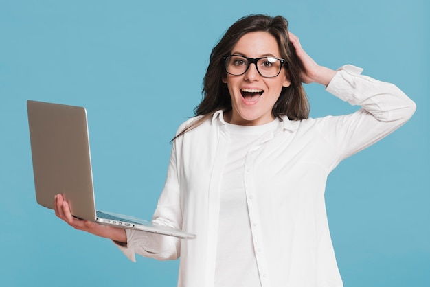 Kobieta trzyma laptopa i jest zaskoczony