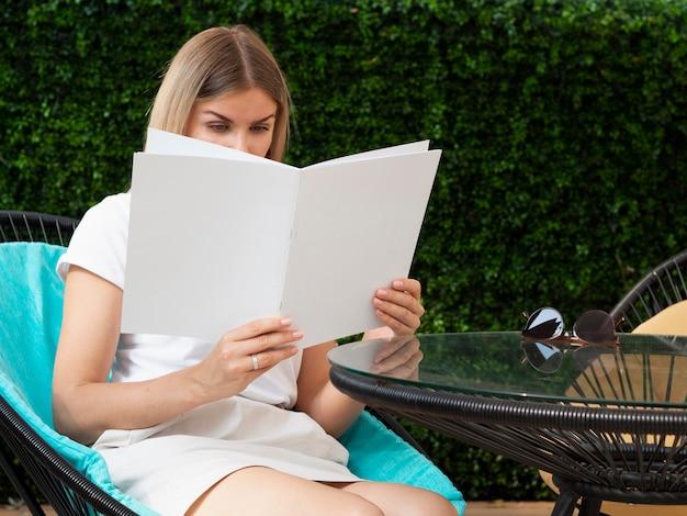Kobieta trzyma makiety magazynu