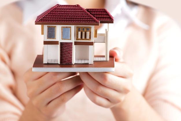 Kobieta trzyma małego dom