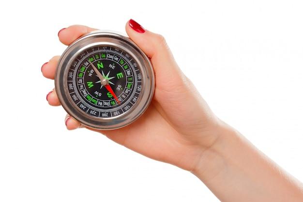 Kobieta trzyma mały kompas. odosobniony