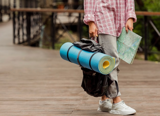 Kobieta trzyma mapę i jej bagaż