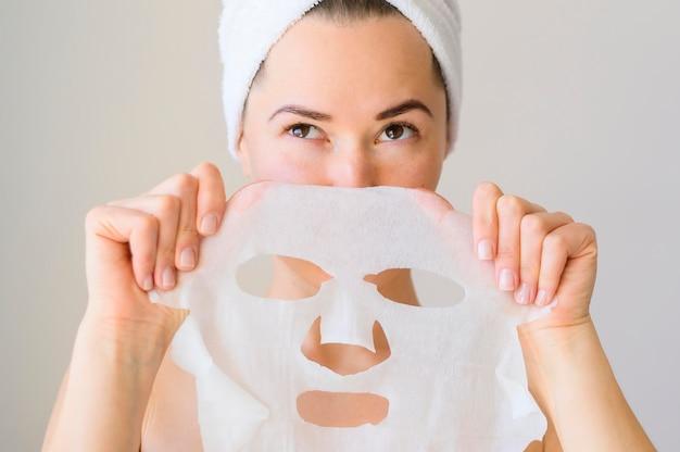 Kobieta trzyma maskę