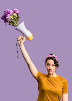 """Kobieta trzyma megafon i karton ze znakiem """"ja też"""""""