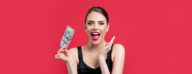 Kobieta trzyma mnóstwo pieniędzy w walucie dolara. koncepcja luksusu, piękna i pieniędzy. kobieta z dolarami w ręku. portret kobiety trzymającej banknoty pieniędzy