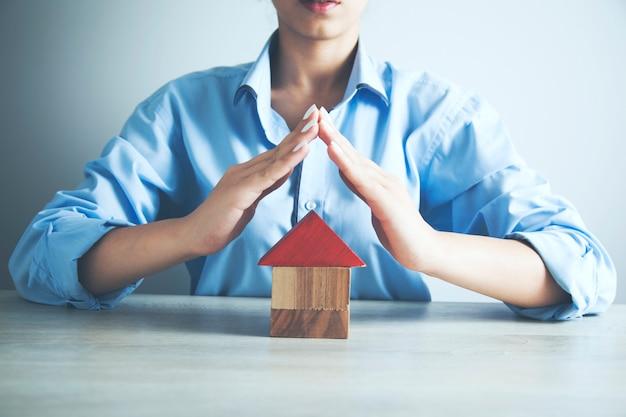 Kobieta trzyma model domu