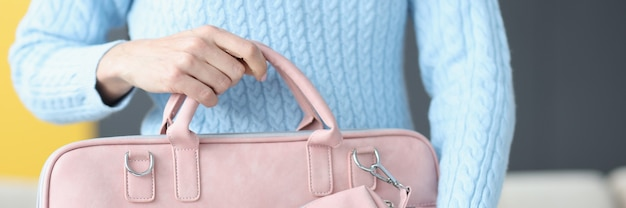 Kobieta trzyma modną różową torbę na laptopa sprzedaż zbliżenie koncepcji akcesoriów