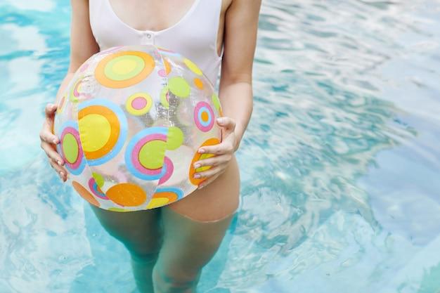 Kobieta trzyma nadmuchiwaną piłkę