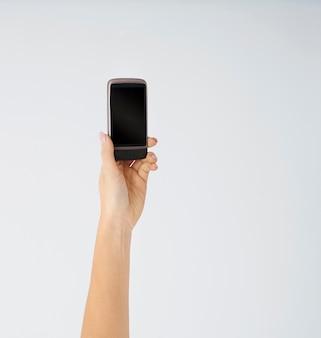Kobieta trzyma nowoczesny telefon komórkowy