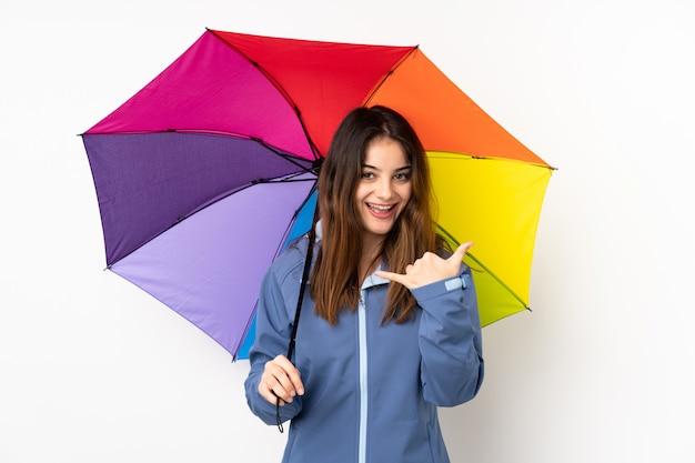 Kobieta trzyma parasol odizolowywający na bielu robi telefonu gestowi