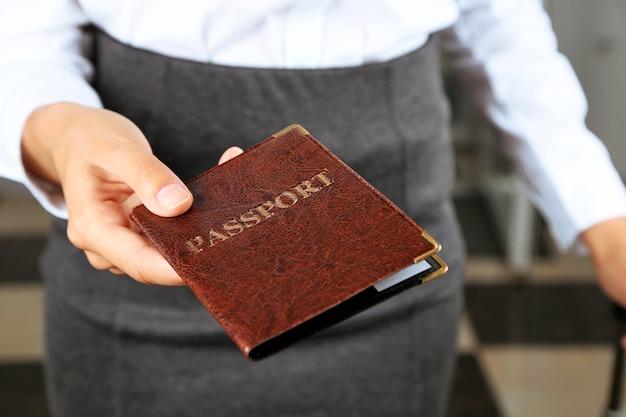 Kobieta trzyma paszport z bliska