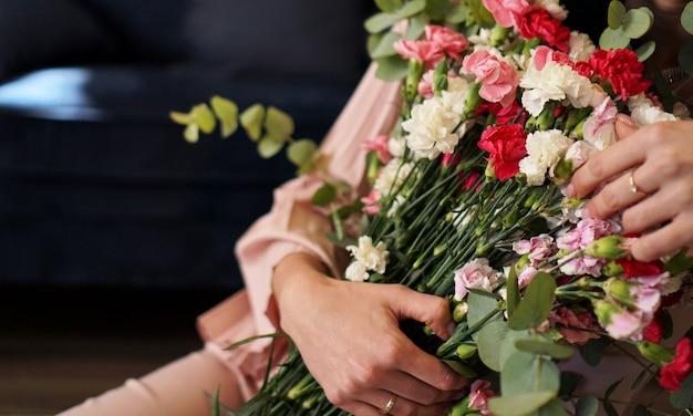 Kobieta trzyma piękny, kolorowy, kwitnący bukiet świeżych róż quicksand