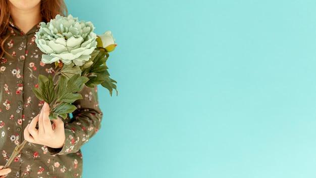 Kobieta trzyma piękny kwiat