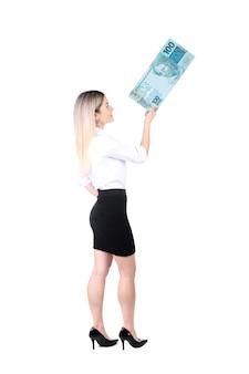 Kobieta trzyma pieniądze w ręku na białym tle