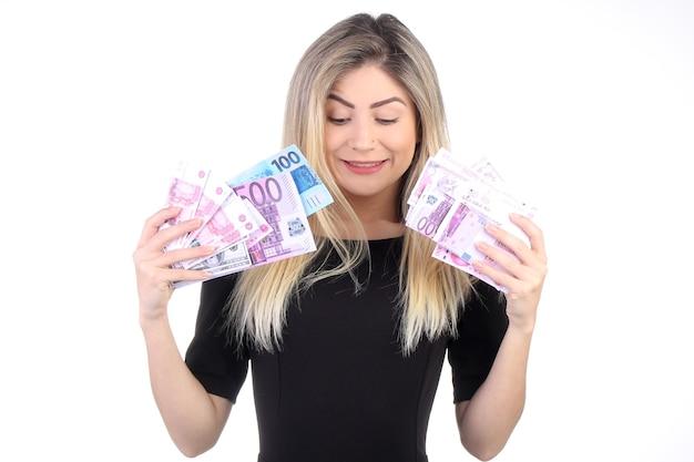 Kobieta Trzyma Pieniądze W Ręku Na Białym Tle Premium Zdjęcia