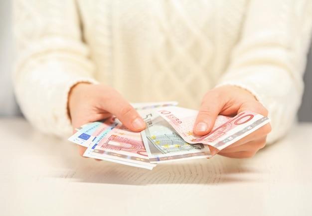 Kobieta trzyma pieniądze