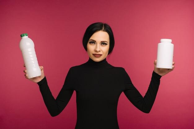 Kobieta trzyma plastikowe butelki