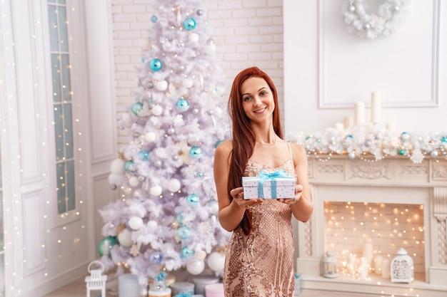 Kobieta trzyma prezent na boże narodzenie