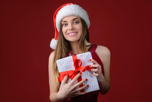 Kobieta trzyma prezent w rękach