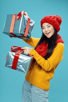Kobieta trzyma prezenty świąteczne zakupy wesołe urodziny